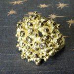 Ring 'Bessen' van eigen goud vervaardigde blikvanger met 1 eigen diamant erin gezet als twinkeling. Ring 'Berries' eyecatcher made of heirloom gold with 1 heirloom diamond for extra sparkle. Uit het Oogst atelier Amsterdam.