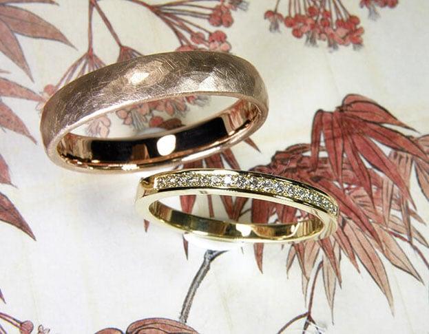 Trouwringen 'Eenvoud' en 'Ritme'. Geelgouden ring met diamanten rondom. Roodgouden ring met hamerslag. Moderne klassieke trouwringen. Uit het Oogst atelier Amsterdam.