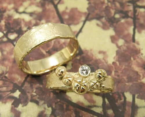Trouwringen 'Erosie'. Structuur ring met 5 besjes, van eigen goud met een eigen diamant. Brede structuur ring van eigen goud vervaardigd. Wedding rings 'Erosion'. Ring with structure and 5 berries, made from heirloom gold with own diamond. Wider ring with structure made vrom heirloom gold. Oogst goudsmeden Amsterdam.