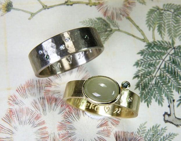 Wedding rings 'Rhythm'. White golden flat ring with fine hammering. Yellow golden flat ring with fine hammering. Oogst goldsmith Amsterdam.