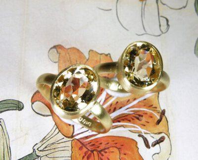 Ringen 'Eenvoud' ringen van oud goud met eigen citrien. Rings 'Simplicity' rings made from heirloom gold with heirloom citrine. Uit het Oogst atelier Amsterdam.