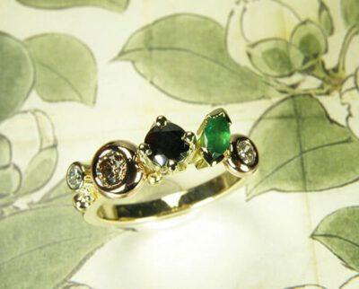 Verlovingsring 'Verzameling' vrolijke miz van diamanten en smaragd, van eigen oud goud vervaardigd. Engagement ring 'Cluster' playful mix of diamonds and emerald created from own heirloom gold. Oogst design & creation