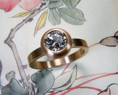 Ring 'Boleet' roodgouden ring met structuur en eigen 1,0 crt diamant. Ring 'Boletus' rose golden ring with structure and heirloom 1,0 crt diamond. Uit het Oogst altelier Amsterdam.