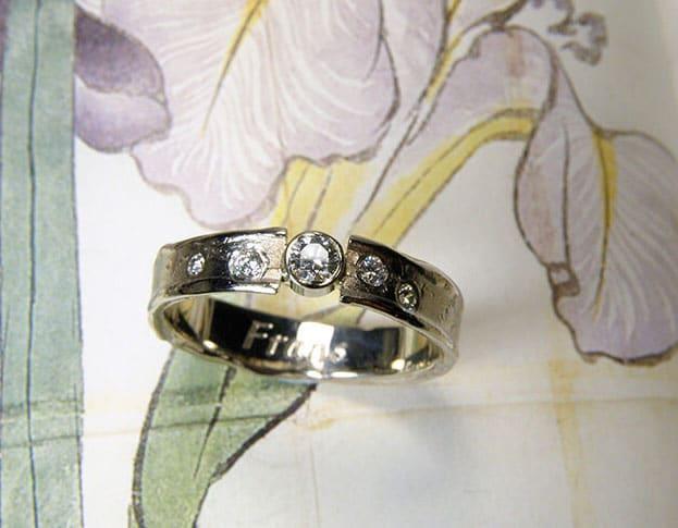 Ring Erosie, vervaardigd van eigen goud en diamanten. Gedenksieraad. Ring Erosion, created from heirloom gold and own diamonds. Commemorative jewel. Oogst goudsmid Amsterdam.