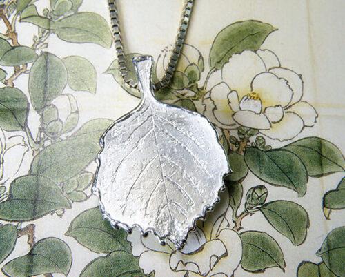 Gedenksieraad. Zilveren Hortensia blad. Commemorative jewel. Silver Hydrangea Leaf. Oogst goudsmid Amsterdam