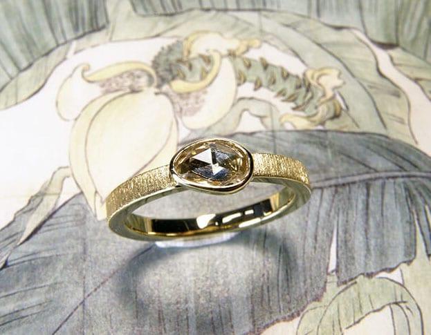 Ring 'Eenvoud' van eigen goud vervaardigde ring met fluweel afwerking en met eigen antieke roosgeslepen diamant. Ring 'Simplicity' made of heirloom gold with velvet finish and antique heirloom diamond. Uit het Oogst atelier Amsterdam.