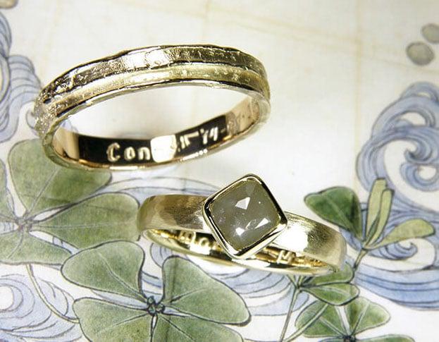 Geelgouden Trouwringen met structuur, erosie gelaagd en hamerslag met kussen roosgeslepen natural diamant.