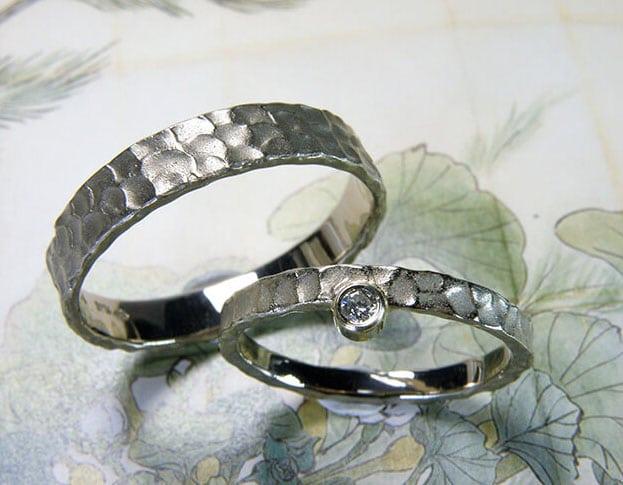 Trouwringen deining witgouden ringen met structuur. Weddings rings Swell white gold rings with texture. Huwelijksringen. Edelsmid Amsterdam. Oogst goudsmid