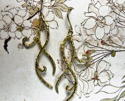 Geelgouden jugendstil krullen. Yellow golden jugendstil curl earrings. Oogst goudsmeden Amsterdam.