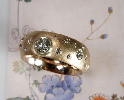 Ring 'Eenvoud' roodgouden ring met eigen diamanten speels rondom. Ring 'Simplicity' rose golden ring with playfully placed heirloom diamonds. Oogst goudsmeden Amsterdam.