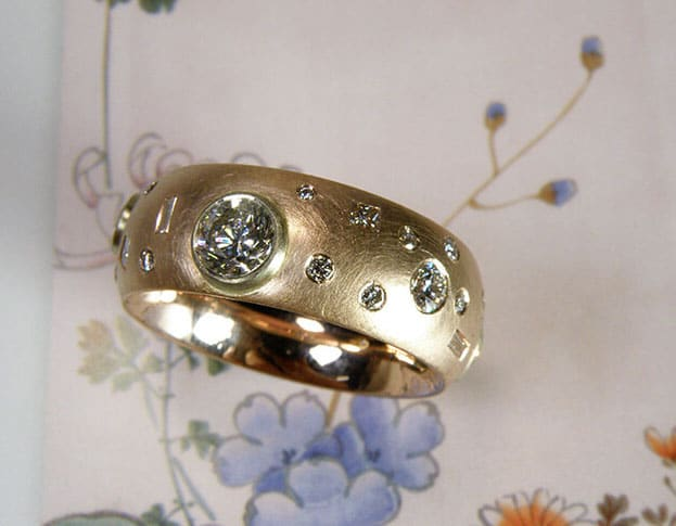 Ring 'Eenvoud' roodgouden ring met eigen diamanten speels rondom. Ring 'Simplicity' rose golden ring with playfully placed heirloom diamonds. Oogst goudsmeden Amsterdam.