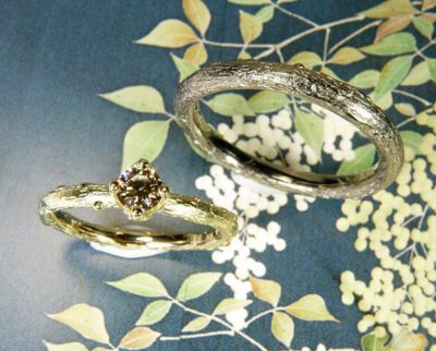 Trouwringen Boomgaard geelgouden takje met diamant. Witgouden tak. Wedding rings Orchard. Yellow gold twig with diamond and white gold twig. Huwelijksringen Edelsmid Amsterdam. Oogst goudsmid
