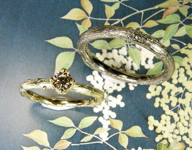 Trouwringen Boomgaard geelgouden takje met diamant. Witgouden tak. Wedding rings Orchard. Yellow gold twig with diamond and white gold twig. Huwelijksringen Edelsmid Amsterdam. Oogst goudsmid
