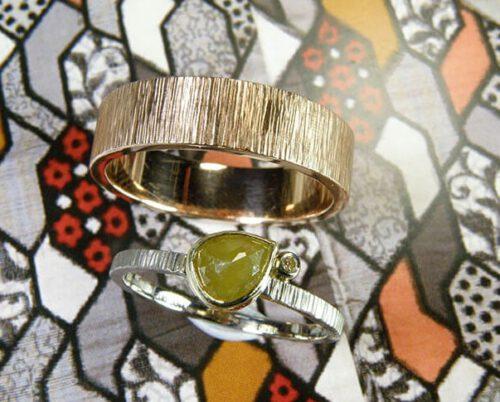 Gehamerde trouwringen met spitse hamerslag. Roodgoud en witgoud met natural diamant. Handgemaakte trouwringen uit eigen atelier. Oogst goudsmeden in Amsterdam