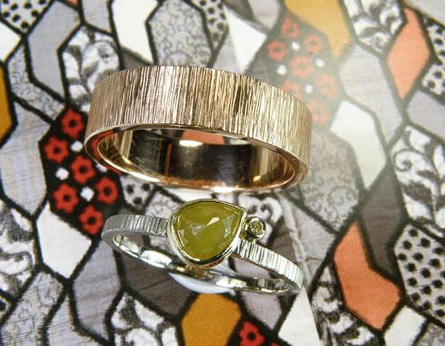 Hammered Wedding rings 'Rhythm'. White golden flat ring with diamonds. Rose golden hammered ring. Oogst goldsmith Amsterdam.