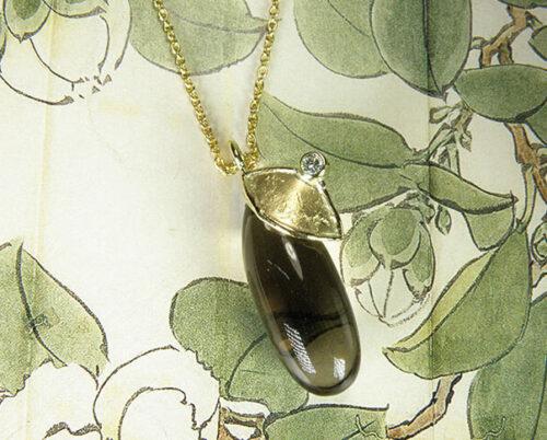 Geelgouden hanger Blaadje met rookkwarts. Yellow gold pendant Leaf with a smokey quartz. Oogst goudsmid Amsterdam