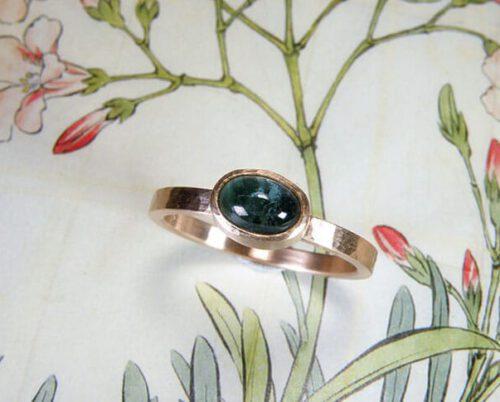 Roodgouden ring met hamerslag en toermalijn. Assieraad. Gedenksieraad. Rose gold ring with hammering and tourmaline. Commemorative jewel. Oogst goudsmid Amsterdam.