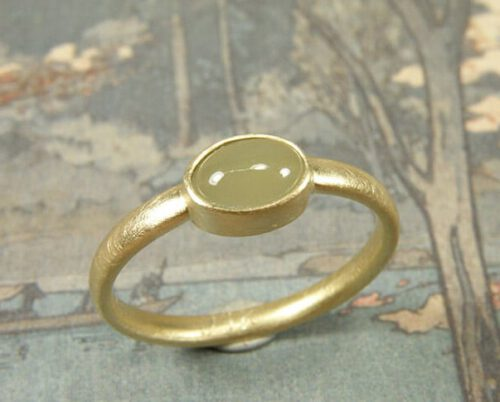 Trouwring 'EEnvoud' met ovale cabochon geslepen aquamarijn. Wedding ring 'Simplicity' in yellow gold with a cabochon cut aquamarine. Oogst goudsmid Amsterdam