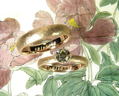 Trouwringen 'Ritme'. Roodgouden ring met hamerslag en bruine diamant. Roodgouden ring met hamerslag. Wedding rings 'Rhythm'. Rose golden ring with hammering and brown diamond. rose golden ring with hammering. Oogst goudsmeden Amsterdam.