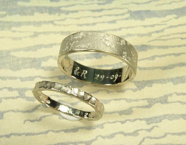 Trouwringen 'Koraal' en 'Deining'. Witgouden ringen met structuur. Wedding rings 'Coral' & 'Swell'. White golden rings with structure. Uit het Oogst atelier Amsterdam.