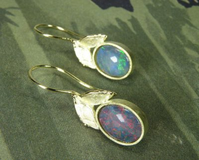 Geelgouden Blaadjes oorbellen met opaal. Yellow gold Leafs earrings with opal. Oogst goudsmid Amsterdam.