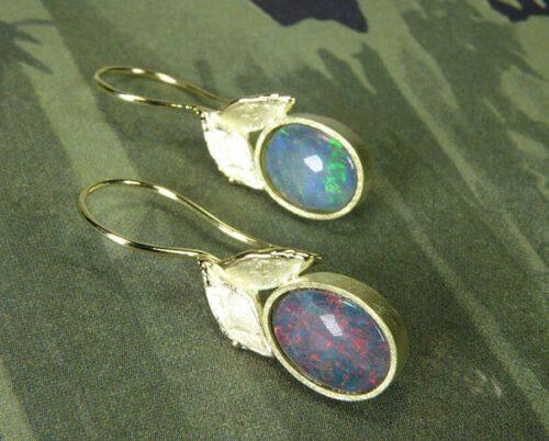 Geelgouden Blaadjes oorbellen met opaal. Yellow gold Leafs earrings with opal. Oogst goudsmid Amsterdam.