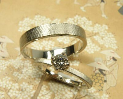 Trouwringen 'Linnen' en 'Fluweel'. Witgouden ring met fluweel afwerking en bruine diamant. Witgouden ring met linnen structuur. Wedding rings 'Linnen' & 'Velvet'. White golden ring with velvet finish and brown diamond. White golden ring with linnen structure. Oogst Amsterdam.