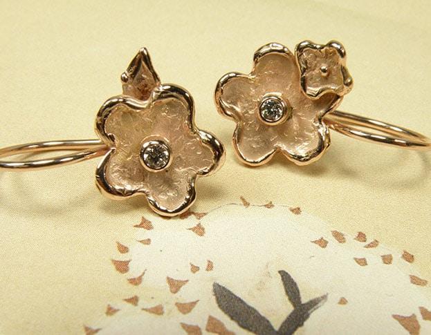 Roodgouden Bloemen oorbellen met diamant. Rose gold flower earrings with diamonds. Uit het Oogst goudsmid atelier. Made in the Oogst goldsmith studio.