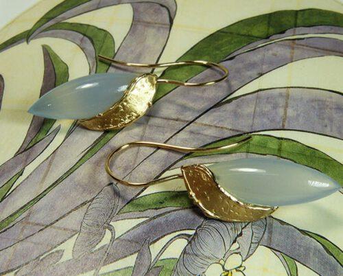 Oorsieraden roségouden blaadjes met spitse blauwe agaat. Rose gold earrings with blue agate. Oogst goudsmid Amsterdam. Goldsmith & Designer