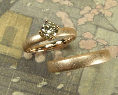 Trouwringen 'Eenvoud'. Roodgouden ring met licht bruine diamant en roodgouden ring. Wedding rings 'Simplicity'. Rose golden ring with light brown diamond and rose golden ring. Uit het Oogst atelier Amsterdam.