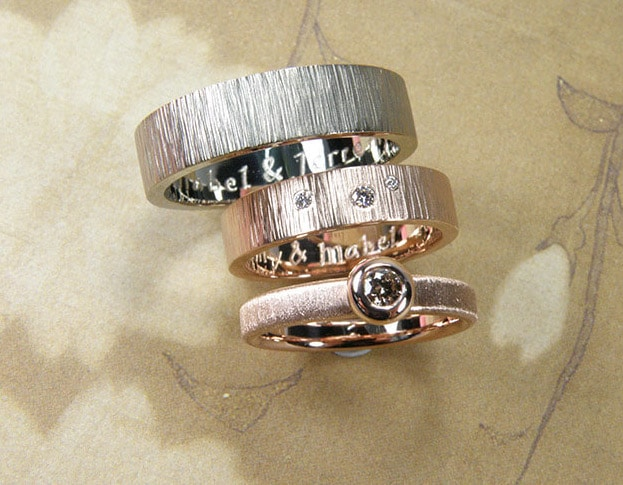 Hammered Wedding rings 'Rhythm'. Rose golden flat ring with diamonds. White golden hammered ring. Oogst goldsmith Amsterdam.
