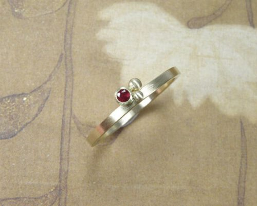 Geelgouden ring Besjes met robijn. Yellow gold ring Berries with a ruby. Oogst goudsmid Amsterdam.