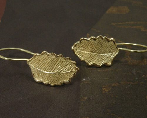 Geelgouden Blaadjes oorbellen. Yellow gold Leafs earrings. Uit het Oogst goudsmid atelier. Made in the Oogst goldsmith studio.
