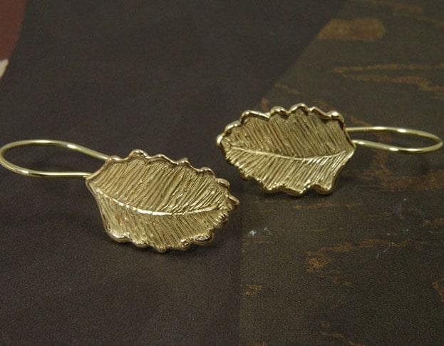Geelgouden Blaadjes oorbellen. Yellow gold Leafs earrings. Uit het Oogst goudsmid atelier. Made in the Oogst goldsmith studio.