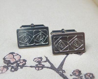 Zilveren manchetknopen met takjes handgravure. Silver cufflinks with hand engraved twigs. Uit het Oogst atelier Amsterdam.