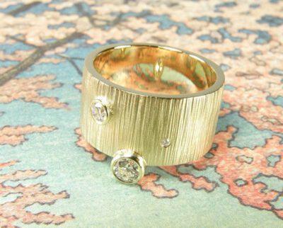 Ring Ritme, Stoere ring met hamerslag en diamanten, van eigen oud goud vervaardigd. Ring Rhythm, sturdy ring with hammering and diamonds, created from heirloom gold. Oogst goudsmid Amsterdam