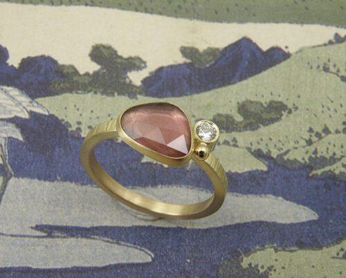 Geelgouden ring Ton sur ton met bordeaux rode korund en diamant. Yellow gold ring with bordeaux korund and a diamond Ton sur ton. Oogst goudsmid Amsterdam