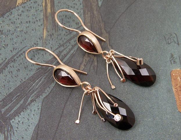 Roodgouden oorsieraden met granaat druppels. Earrings in rose gold with garnet drops. Oogst Amsterdam ontwerp & vervaardiging