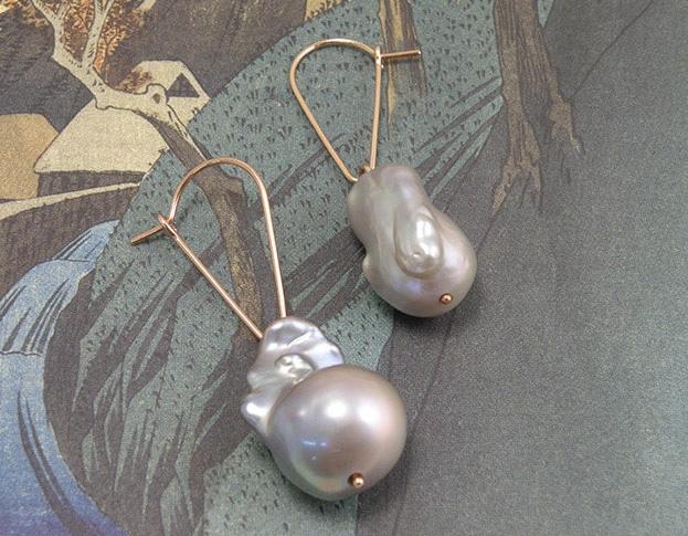 Roodgouden oorsieraden met grijze nucleus zoetwater parels en lange oorhaakjes. Rose golden earrings with grey nucleus pearls. Oogst goudsmeden Amsterdam.