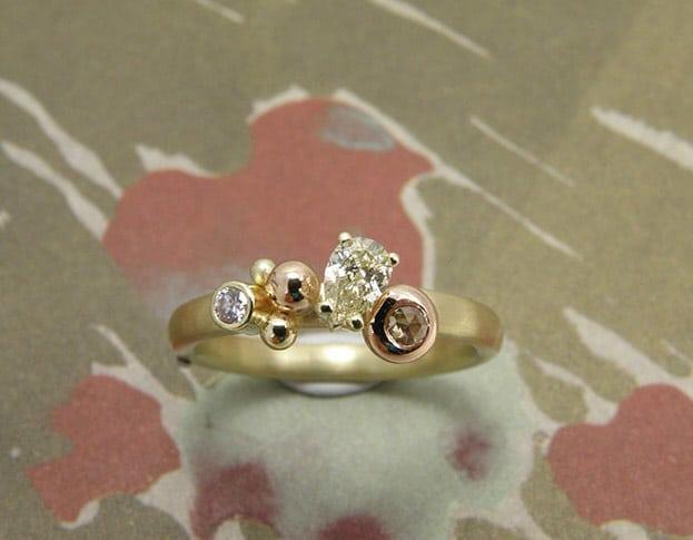 Geelgouden ring met verschillende diamanten. Yellow golden ring with colllection of different diamonds. Oogst goudsmeden Amsterdam.