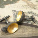 Zilveren geoxideerde eikendopjes met bladgoud. Silver oxidized acorns with leaf gold. Oogst goudsmeden Amsterdam.