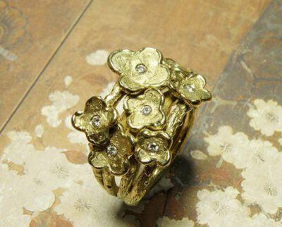 Takjesring met 7 bloemen en ieder een diamant als bloemhart erin gezet. Vervaardigd van eigen goud en diamanten. Maatwerk uit het Oogst atelier Amsterdam. Ring In Bloom , created from heirloom gold with 7 flowers and 7 diamonds