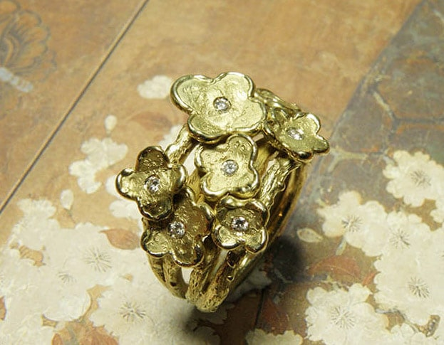 Takjesring met 7 bloemen en ieder een diamant als bloemhart erin gezet. Vervaardigd van eigen goud en diamanten. Maatwerk uit het Oogst atelier Amsterdam. Ring In Bloom , created from heirloom gold with 7 flowers and 7 diamonds