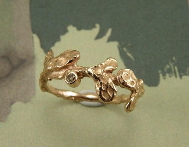 Roodgouden blaadjes ring met diamant. Rose golden ring with leafs and a diamond. Uit het Oogst atelier Amsterdam.