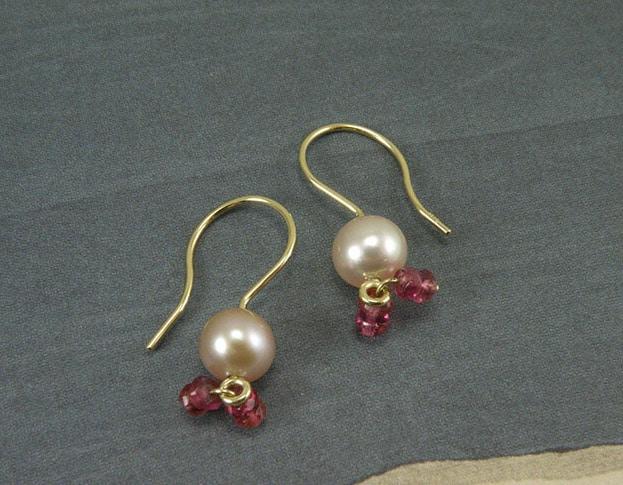 Geelgouden oorsieraden met akoya parels en roze toermalijntjes. Yellow golden earrings with akoya pearls and little pink tourmalines. Oogst goudsmeden Amsterdam.