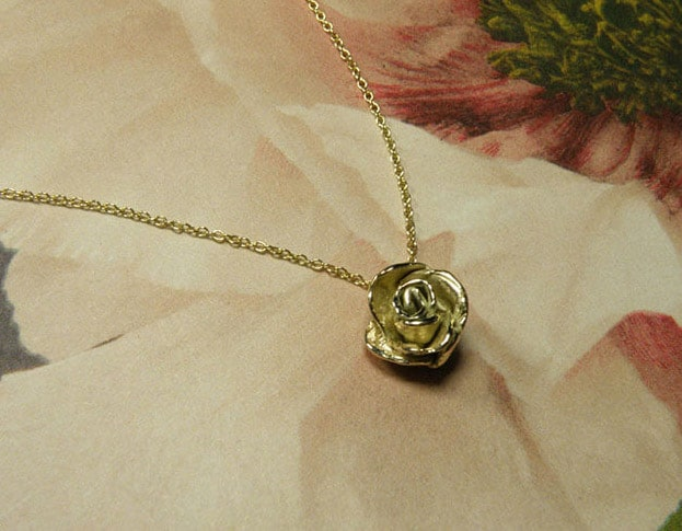 Geelgouden bloem hanger. Geboortesieraad. Baargoud. Yellow gold flower pendant. Birth gift. Push present. Oogst Amsterdam ontwerp & creatie