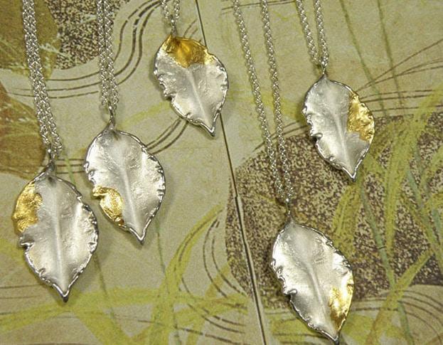Zilveren 'Blaadje'hangers met bladgoud. Bruidssieraad. Maatwerk uit het Oogst atelier. Silver pendants 'Leaf' made with gold leaf. Bridal jewellery. Made by Oogst Amsterdam
