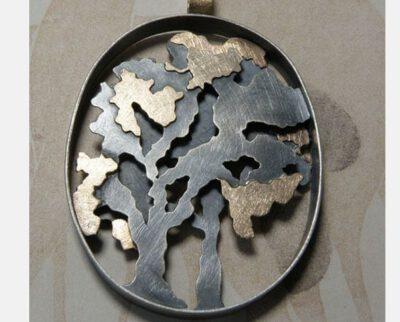 Hanger 'Boom' sprookjesachtige bomen vervaardigd uit oud goud met geoxideerd zilver. Pendant 'Tree' fairytale like trees made of heirloom gold with oxidized silver. Oogst goudsmeden Amsterdam.