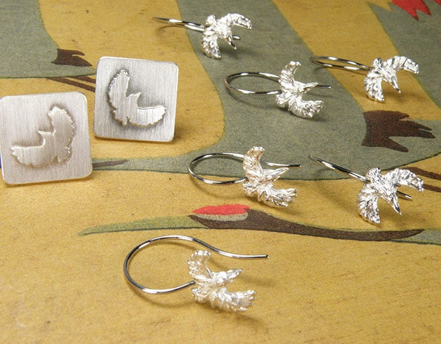 Zilveren Ijsvogel oorbellen en manchetknopen. Cadeau voor getuigen. Silver Kingfisher earrings and cufflinks. Gift for the bridal party. Uit het Oogst goudsmid atelier. Made in the Oogst goldsmith studio.