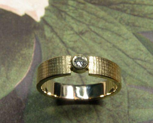 oogst collectie: linnen. Geelgouden ring met diamant. Oogst collection: 'Linnen'. Yellow golden ring with diamond. Oogst Amsterdam.